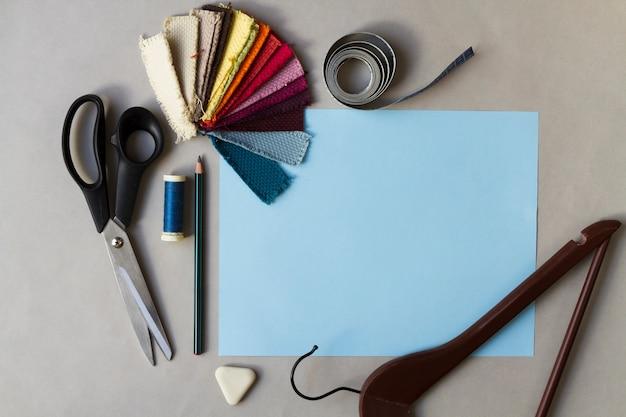 Local de trabalho de costura com desenho e cartela de cores