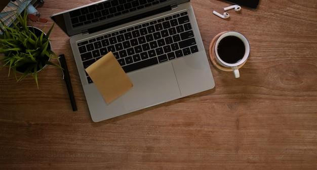 Local de trabalho de design rústico com laptop e uma xícara de café