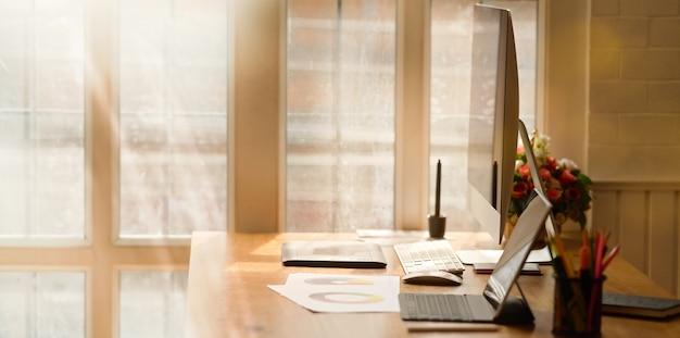 Local de trabalho de escritório com laptop na mesa de madeira confortável