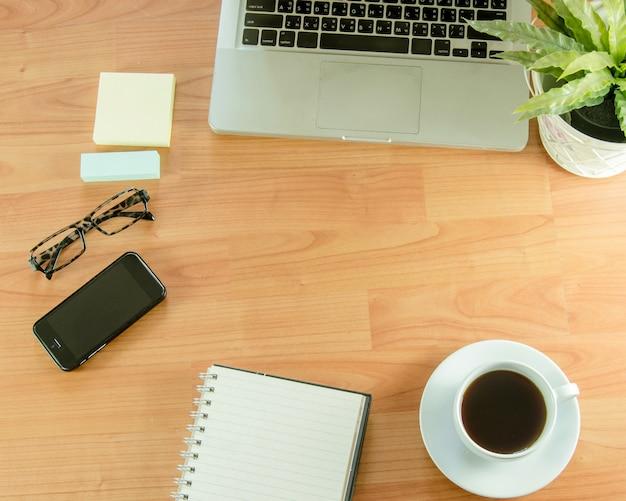 Local de trabalho de escritório com laptop