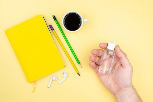 Local de trabalho de escritório em casa com uma xícara de café, suculentas, bloco de notas e caneta.