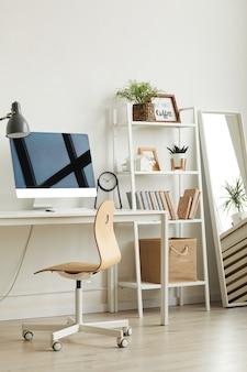Local de trabalho de escritório em casa vazio com cadeira de madeira e computador moderno na mesa branca
