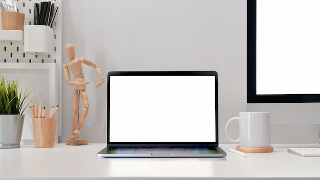 Local de trabalho de escritório moderno com maquete de tablet de tela em branco, pc e suprimentos elegantes