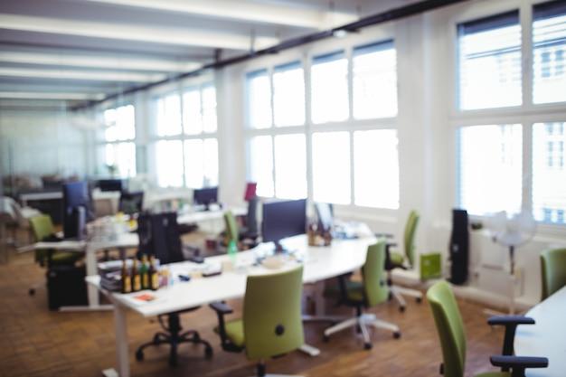 Local de trabalho de escritório vazio com mesa e cadeira