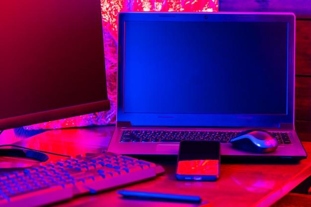 Local de trabalho de freelancer na profissão criativa. trabalho em casa de designer gráfico. laptop, smartphone e tablet gráfico no local de trabalho
