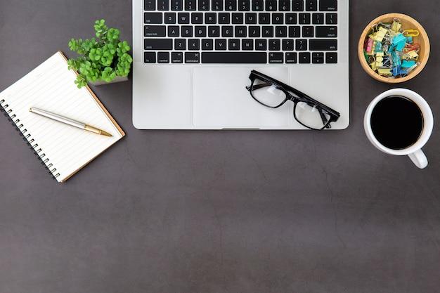 Local de trabalho de mesa de escritório moderno com computador portátil.