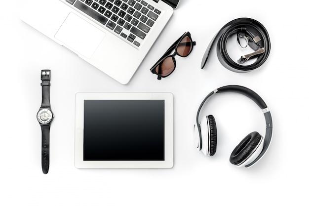Local de trabalho de negócios. acessórios masculinos modernos e laptop em branco