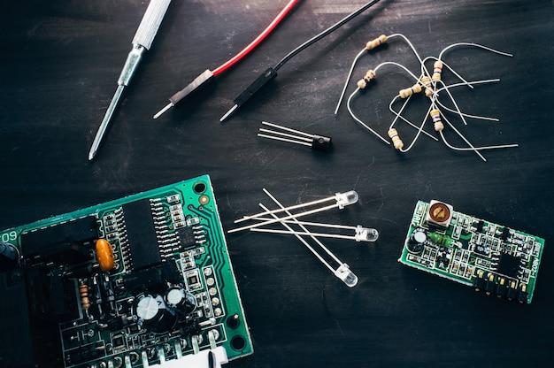Local de trabalho de reparo eletrônico na mesa preta