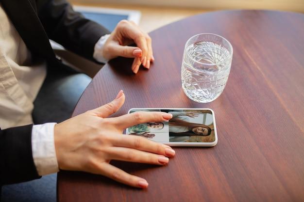 Local de trabalho de trabalho remoto no escritório do bar restaurante com dispositivos e gadgets de pc