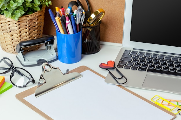 Local de trabalho de uma pessoa criativa com uma variedade de objetos de papelaria coloridos