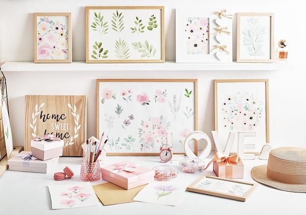 Local de trabalho do artista. a arte fornece pincéis, tintas, aquarelas. estúdio de arte. aulas de desenho. oficina criativa. estudo e desenhos com papelaria. inspiração e criatividade. lugar de design.