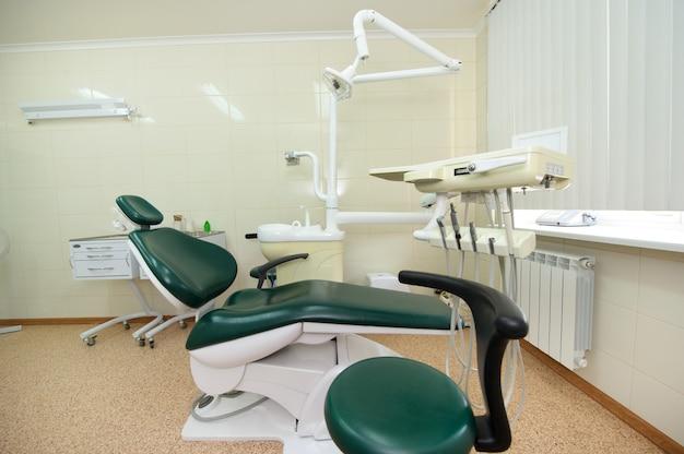 Local de trabalho do dentista no consultório odontológico, acessórios.