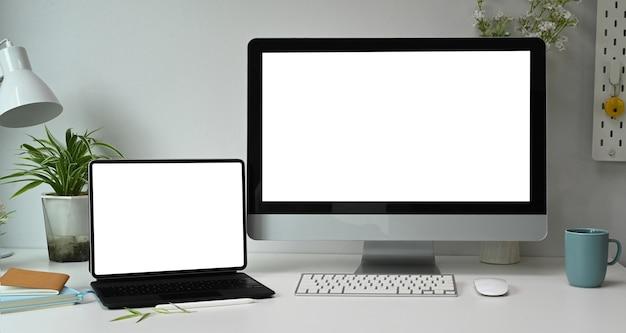 Local de trabalho do designer gráfico com várias telas de computador em um escritório moderno.