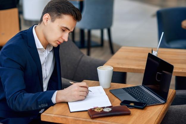 Local de trabalho do empresário de sucesso com notebook, laptop, carteira e smartphone