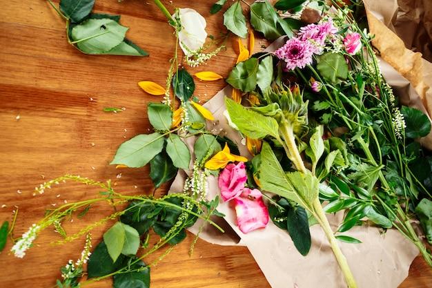 Local de trabalho do florista com flores frescas