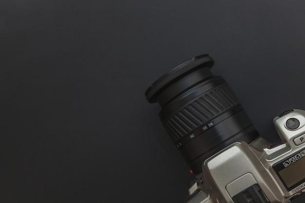 Local de trabalho do fotógrafo com sistema de câmera dslr em fundo de mesa preto escuro. conceito de fotografia de viagens como hobby