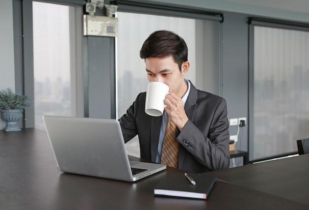 Local de trabalho do homem de negócios no café bebendo do escritório.