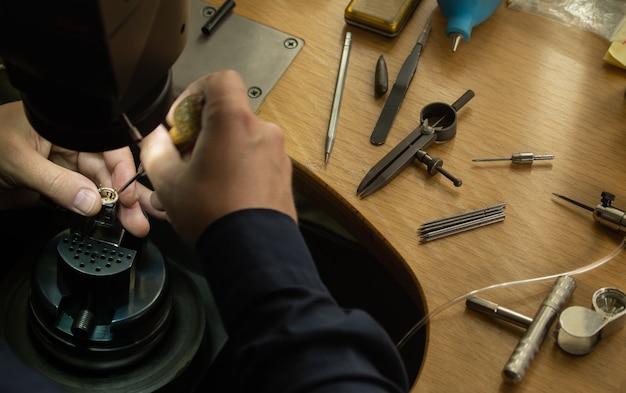 Local de trabalho do joalheiro. ferramentas e equipamentos para joalheria
