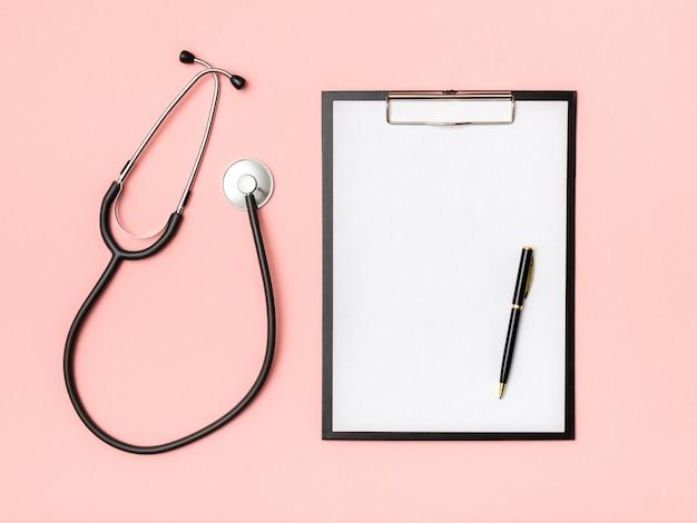 Local de trabalho do médico com notebook e estetoscópio