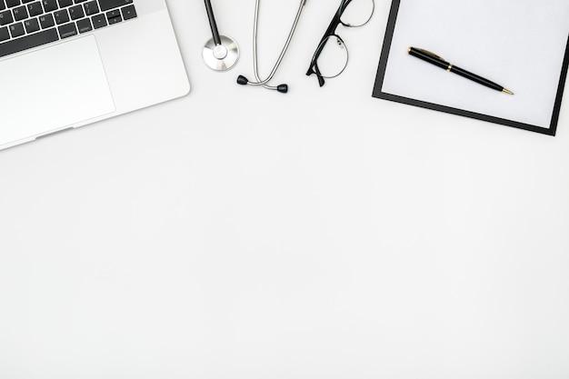 Local de trabalho do médico moderno com laptop