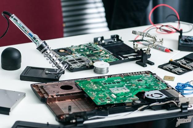 Local de trabalho do reparador eletrônico com componentes.
