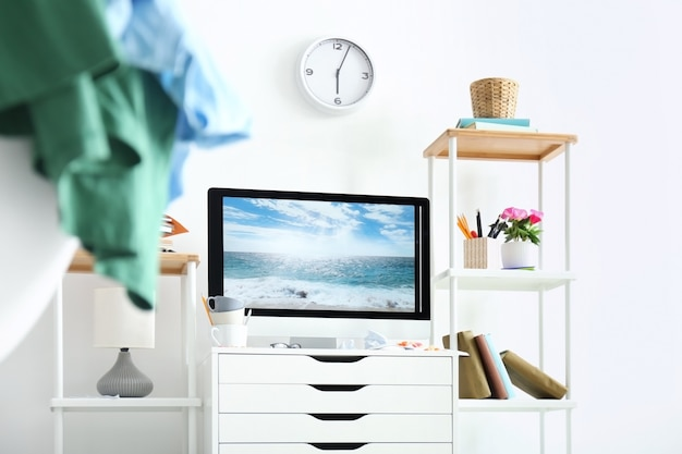 Local de trabalho elegante com computador moderno