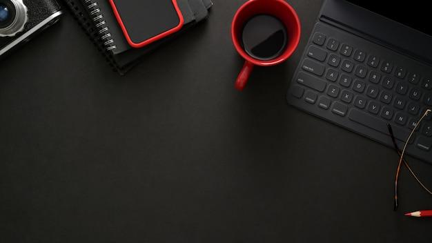 Local de trabalho elegante com teclado sem fio, smartphone, cópia espaço e xícara de café na mesa preta