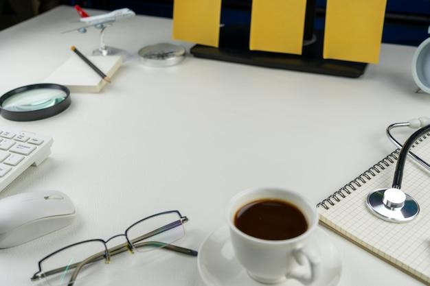 Local de trabalho em casa com computador de mesa e objetos de negócios, conceito trabalhar em casa o escritório é um coronavírus covid-19 em quarentena.