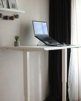 Local de trabalho em casa com mesa para sentar. trabalho remoto em lugar aconchegante