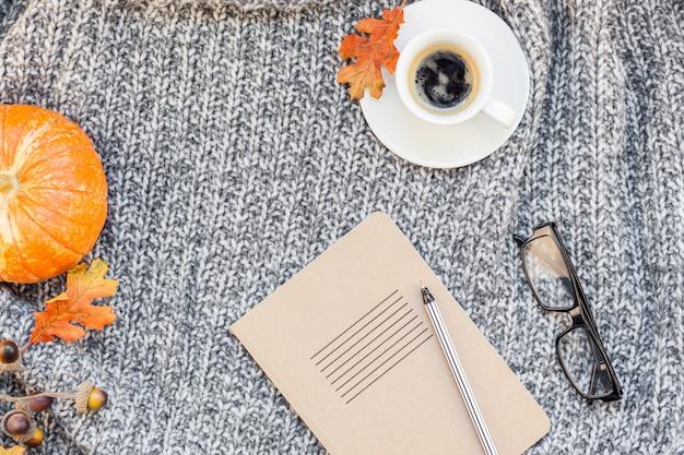 Local de trabalho em casa com uma xícara de café na manta de malha