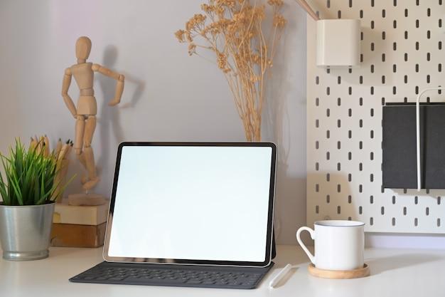 Local de trabalho minimalista elegante com tablet de maquete e espaço de cópia
