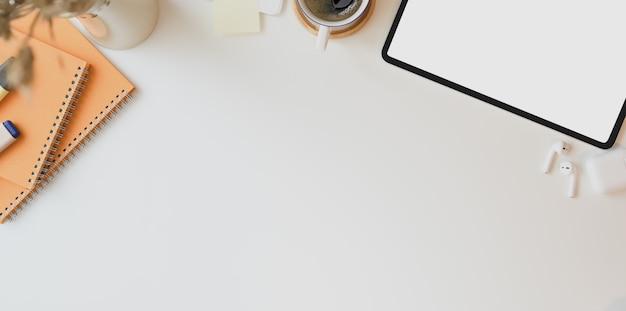 Local de trabalho mínimo com espaço para texto e laptop de tela em branco