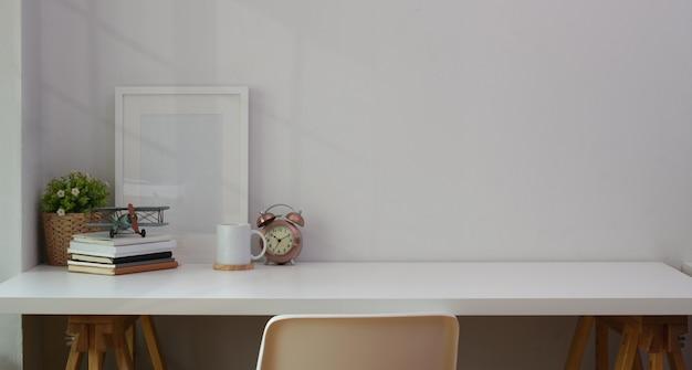Local de trabalho mínimo e confortável com material de escritório