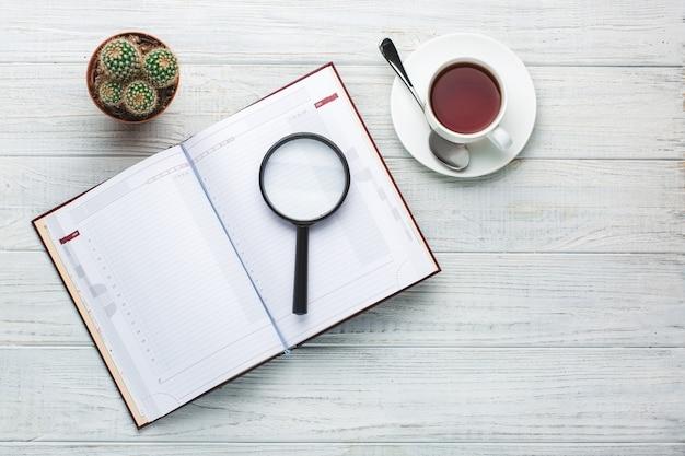 Local de trabalho moderno. caderno na mesa de madeira com um monte de coisas sobre ele
