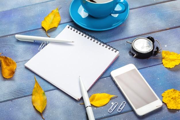 Local de trabalho moderno com café na mesa de madeira
