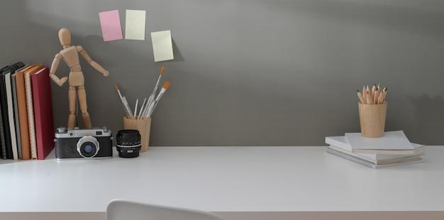 Local de trabalho moderno com câmera vintage, decorações e espaço de cópia