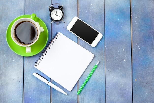Local de trabalho moderno com uma xícara de café na mesa de madeira