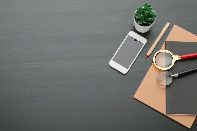 Local de trabalho moderno em uma vista superior de mesa preta
