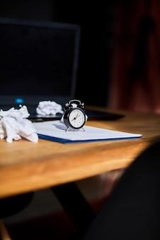 Local de trabalho moderno, mesa de escritório de madeira com luz forte, luz solar com relógio, folha de papel