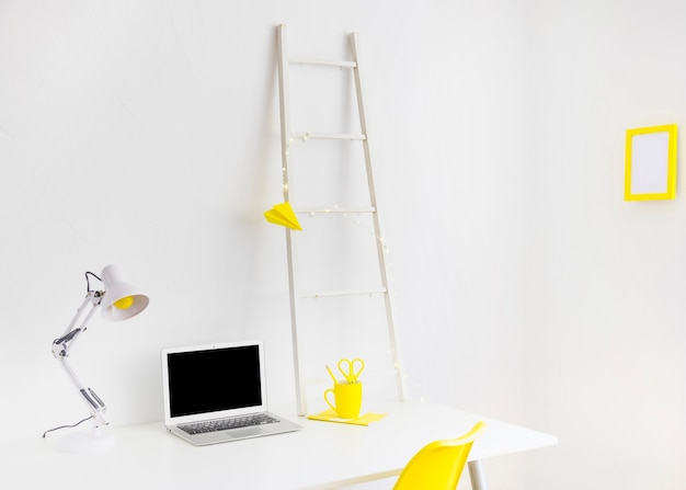 Local de trabalho moderno nas cores brancas e amarelas com moldura