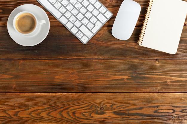 Local de trabalho na área de trabalho de madeira com café