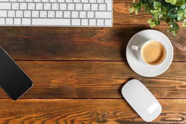 Local de trabalho no desktop de madeira com café
