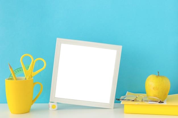 Local de trabalho para estudos em cores azuis e amarelas com moldura cinza