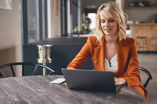 Local de trabalho remoto. retrato da cintura para cima de uma freelancer feminina concentrada trabalhando em seu computador em casa