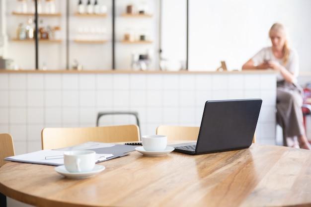 Local de trabalho vazio em espaço de trabalho compartilhado