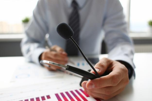 Local de trabalho vazio escritório remoto com laptop pc e fone de ouvido closeup. recepcionista ou secretário do centro de dados de contato teclado de mesa dispositivo de mesa mesa mesa telefonia ip ou sistema de mensagens de voz