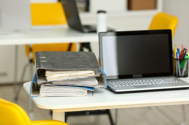 Local de trabalho vazio no escritório closeup