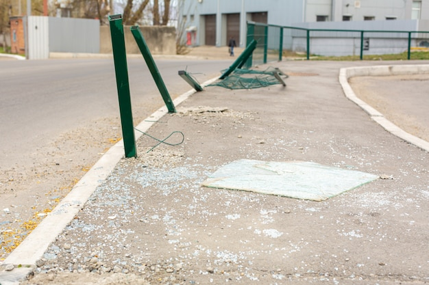 Local do acidente na rua. pilares dobrados e vidro quebrado do carro na estrada