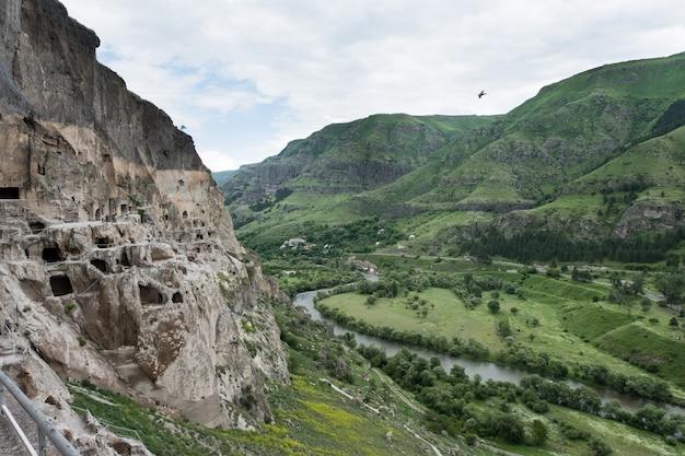 Local do mosteiro da caverna de vardzia escavado na montanha erusheti, na margem esquerda do rio mtkvari, perto de aspindza, geórgia