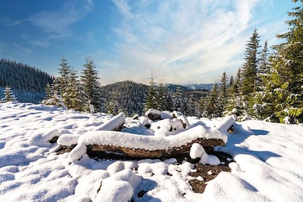 Local enterrado coberto de neve para caminhadas nas montanhas sob o sol forte e frio